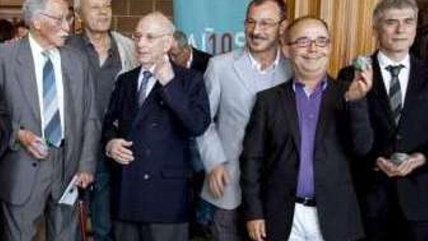 Sergio Calvo (el tercero por la izquierda), durante la entrega de los premios Maximino de Honor en 2009.