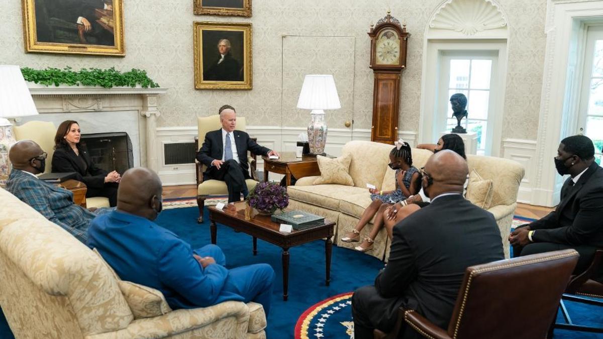 Biden recibió a familiares de George Floyd