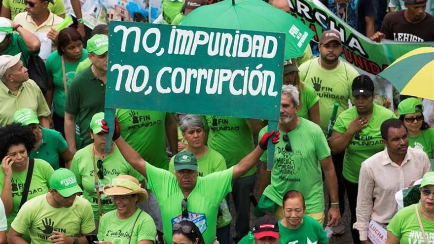 Una multitud reclama el fin de la corrupción en República Dominicana tras el escándalo de Odebrecht