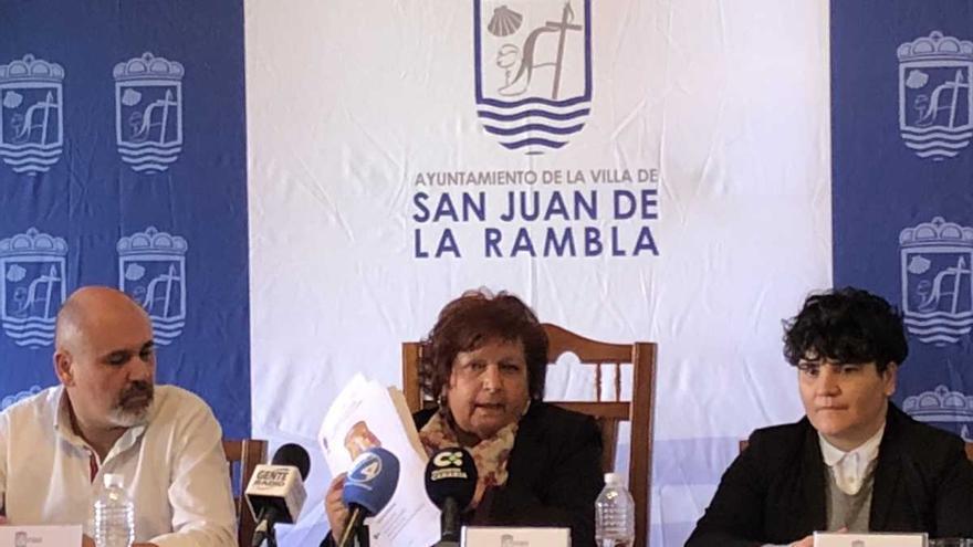 Fidela Velázquez, alcaldesa socialista de San Juan de la Rambla, en el centro de la imagen