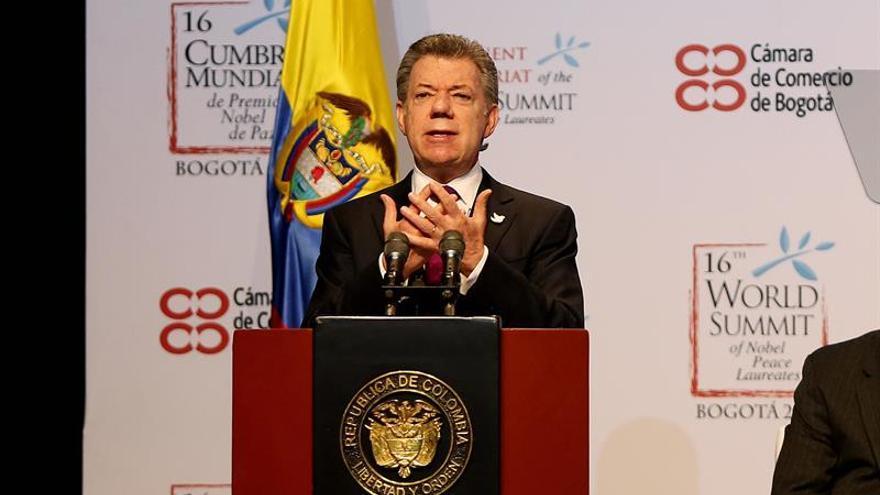 Santos firma el contrato de concesión de la autopista que construirá Sacyr