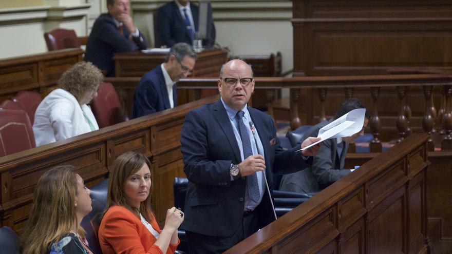 El secretario general de Coalición Canarias (CC), José Miguel Barragán en el pleno del Parlamento de Canarias