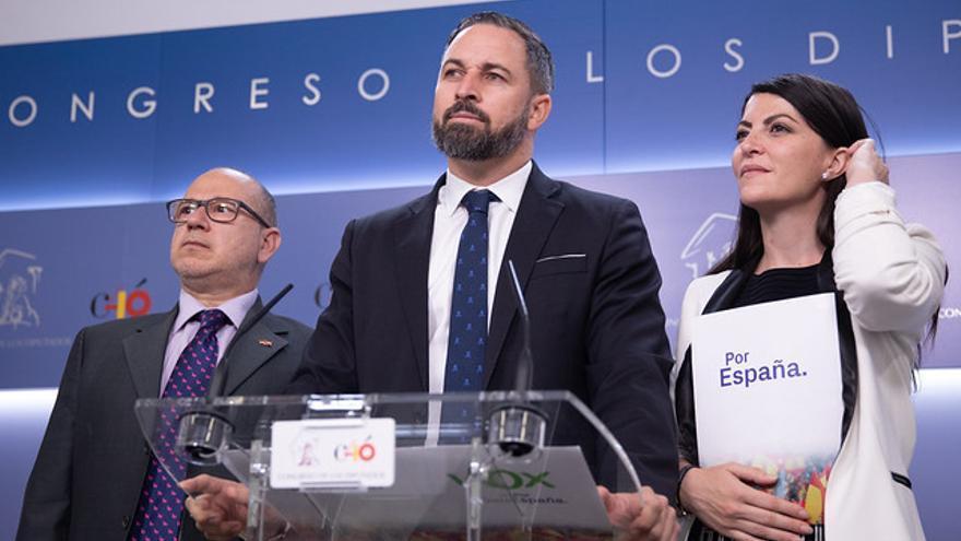 Santiago Abascal junto a Macarena Olona y José Alcaraz en el Congreso
