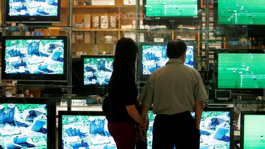 Imagen de archivo de un escaparate con televisores.