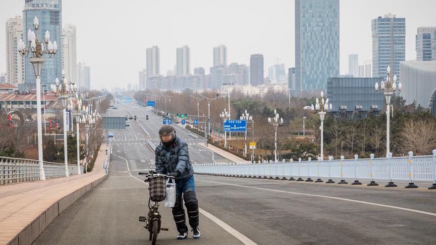 Un joven atraviesa el puente sobre el mar en la zona turística de la ciudad.