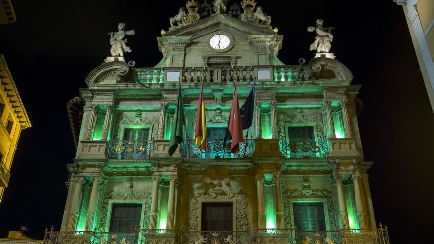 Archivo - Fachada del Ayuntamiento de Pamplona iluminada de verde