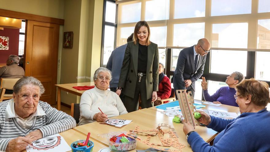 La conselleira de Política Social, Fabiola García, en una visita a un centro de mayores en Cabana de Bergantiños.