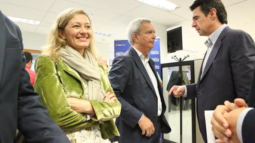 Victoria Rosell y José Manuel Soria, antes de un debate en la campaña electoral.