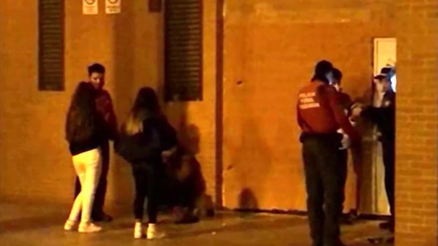 Imagen de archivo de un control de la Policía Foral a un grupo de personas