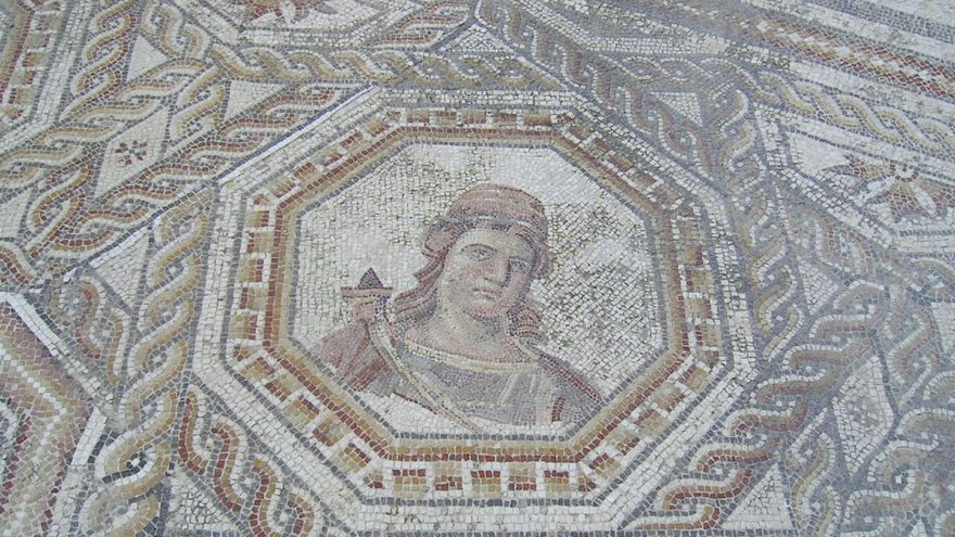 Mosaico en la Villa Romana de Bruñel. Una de las más gratas sorpresas del Parque Natural de las Sierras de Cazorla, Segura y Las Villas es su enorme riqueza patrimonial. amata_es