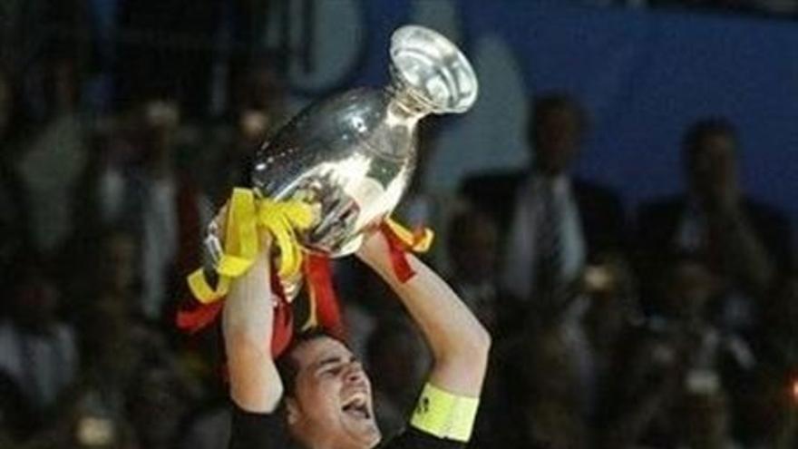 Iker Casillas levanta la Eurocopa conseguida hace cuatro años (EUROPA PRESS).