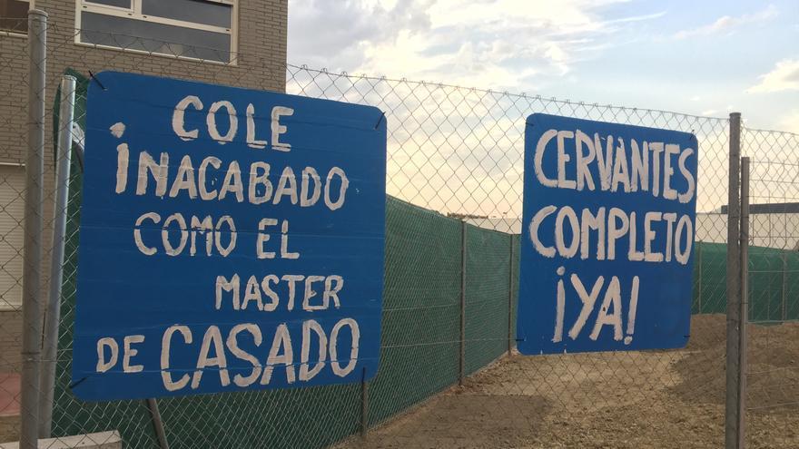 Una de las pancartas colocadas en la valla del CEIP Miguel de Cervantes (Getafe)