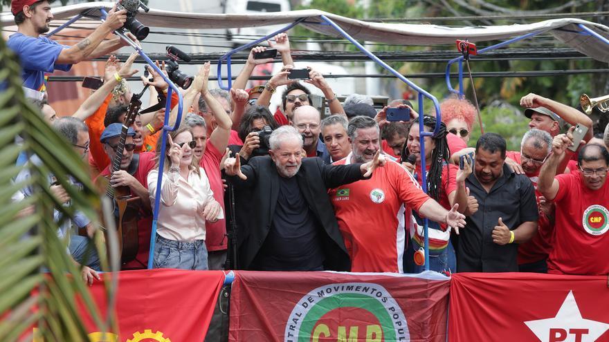 El expresidente brasileño Lula da Silva, entre Gleisi Hoffmann y Paulo Pimenta (ambos del Partido de los Trabajadores), al comienzo de su discurso en el Sindicato de Metalúrgicos de ABC paulista