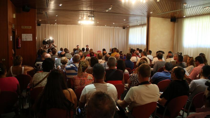 Asistentes a la asamblea de propietarios de apartamentos celebrada en San Agustín (ALEJANDRO RAMOS)