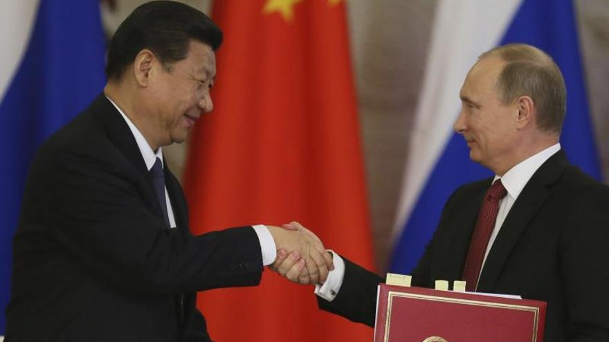 El presidente ruso Vladímir Putin (dcha) y el presidente chino, Xi Jinping (izda), se reúnen en el Kremlin de Moscú (Rusia) EFE/Sergei Ilnitsky/Archivo