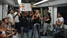 Eliana Guerrero y una compañera alertan a los viajeros del metro de la presencia de carteristas.