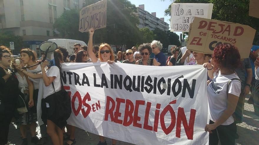 Concentración de apoyo a las acusadas por la procesión del 'Coño insumiso' en Sevilla