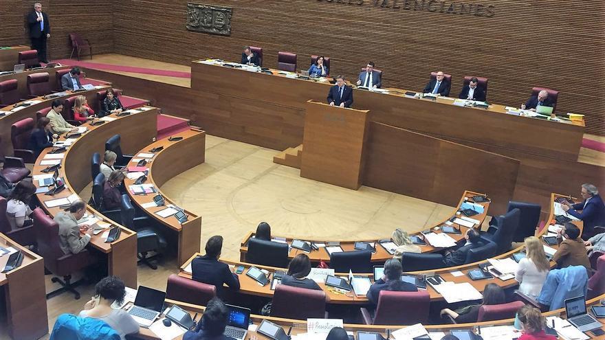 El president Ximo Puig interviene en la sesión de control de las Corts
