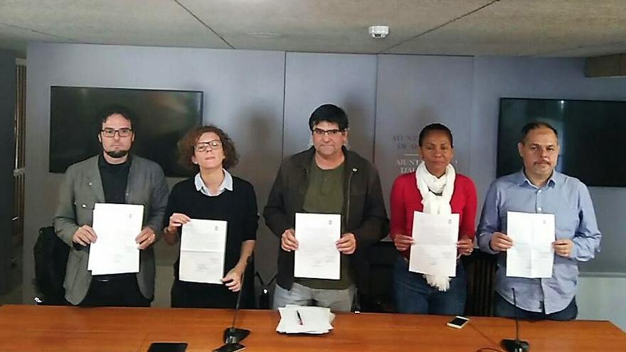 Los ediles de Guanyar Alacant muestran el escrito de renuncia a sus competencias en el equipo de gobierno