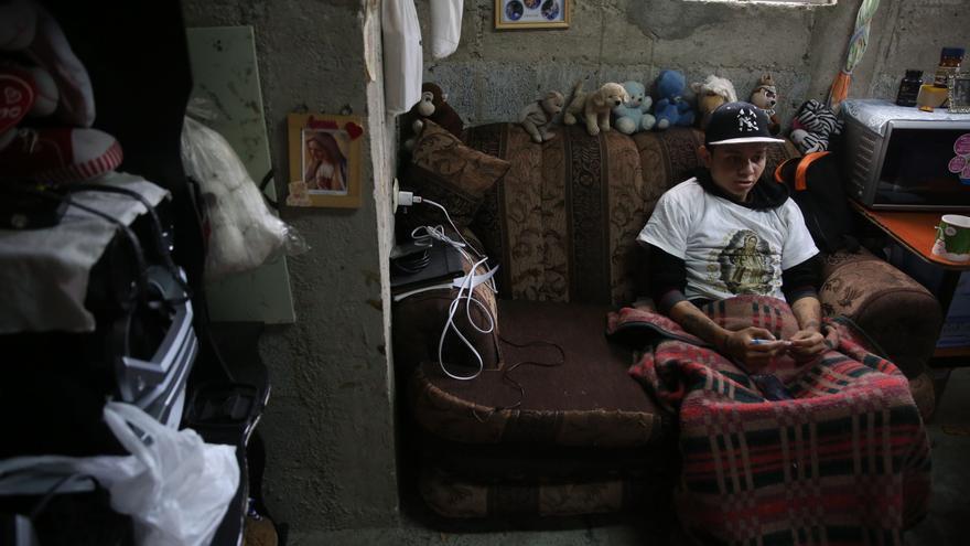 Christian García. Una bala perdido lo dejó en silla de ruedas hace siete años, desde entonces trata de convencer a otros chicos para que no se unan a las pandillas. | Foto: Guillermo Pérez