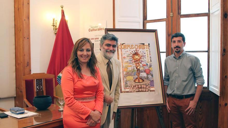 La alcaldesa de Mazo, Nieves Lady Barreto, con Anelio Rodríguez (centro) y Sergio Rodríguez, junto al cartel del Corpus Christi 2015.