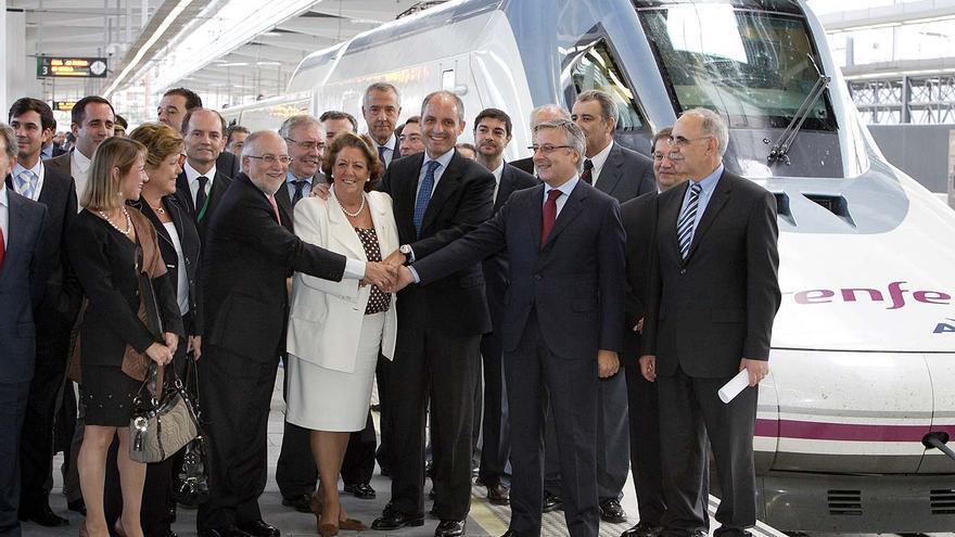Muchas autoridades se retrataron junto al AVE en su primera llegada a València.