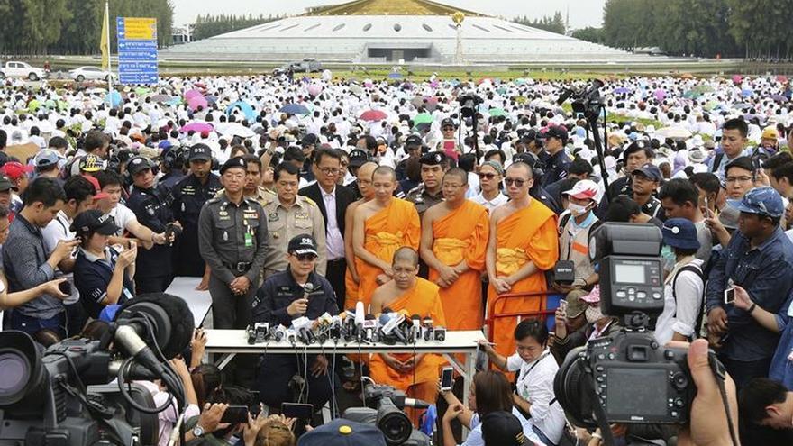 Seguidores impiden la detención de un prominente abad acusado de corrupción en Tailandia
