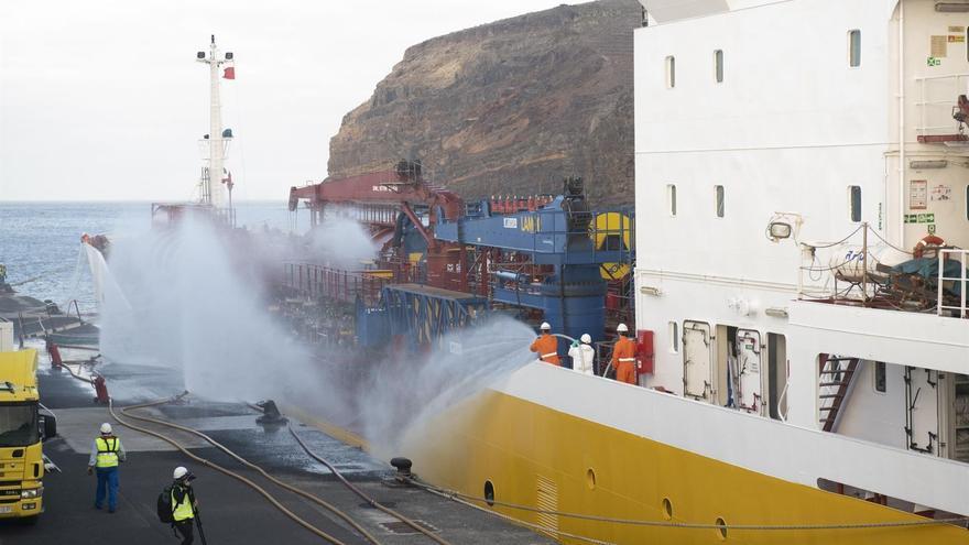 El buque de Petrogas, naviera del grupo DISA, en el puerto de San Sebastián de La Gomera