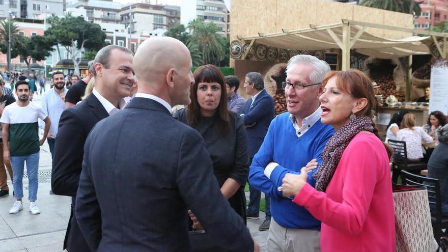 Modesto Lomba habla con ñ añcalde de LPGC y consejeros del Cabildo. (ALEJANDRO RAMOS)