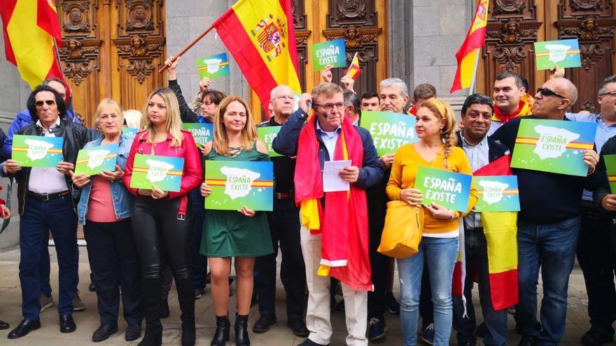 Ruben Darío Vega, diputado de Vox por Santa Cruz de Tenerife, lee el manifiesto del partido frente al Ayuntamiento de la capital tinerfeña