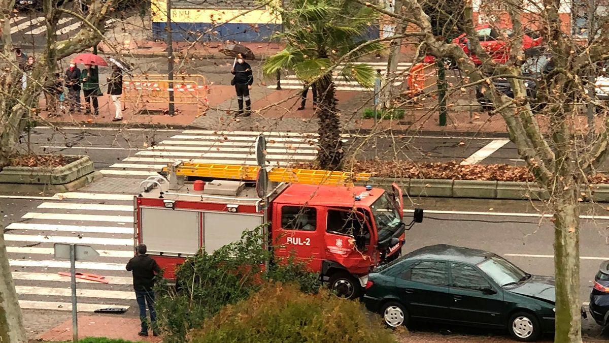 Accidente de tráfico en el que se ha visto implicado un camión de bomberos.