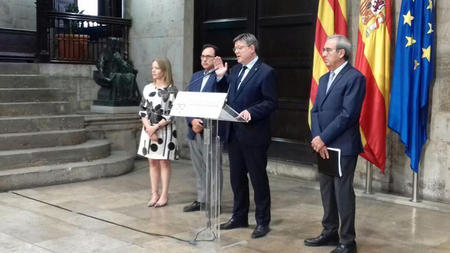 El president Ximo Puig junto al conseller Vicent Soler, la secretaria autonómica Clara Ferrando y el representante de la Comunitat Valenciana en la comisión de expertos, Francisco Pérez