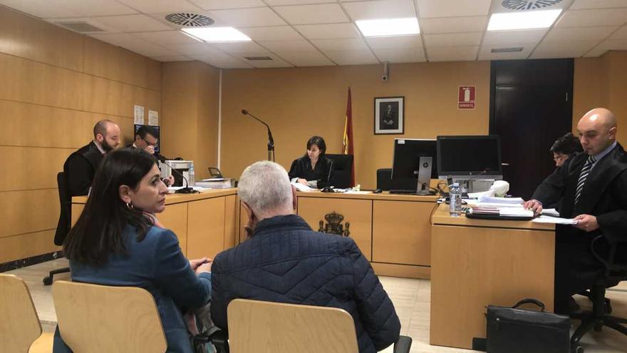 Milagros Pérez (PP) y Víctor Hernández (PSOE), en la vista oral celebrada en un juzgado de Santa Cruz de Tenerife