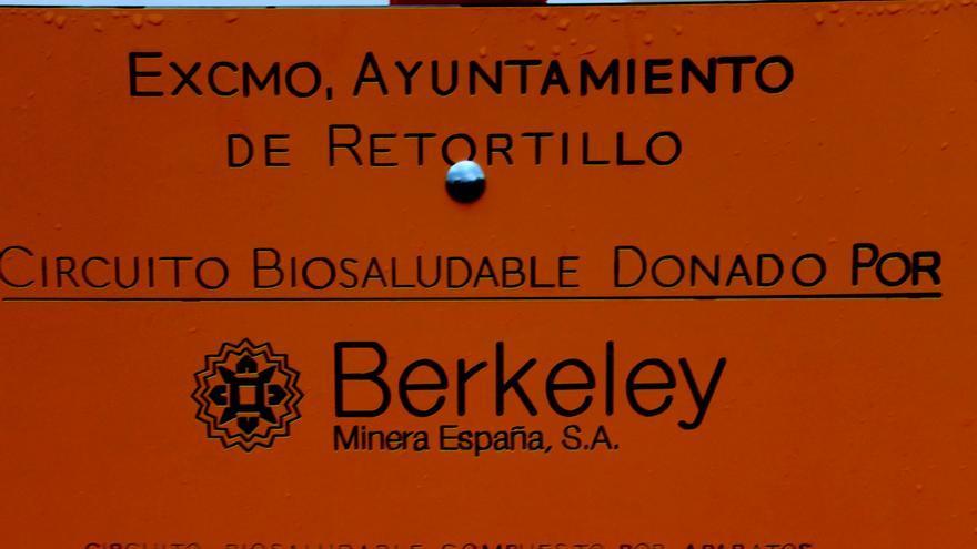 Cartel sobre la donación de Berkeley en el parque de Retortillo.