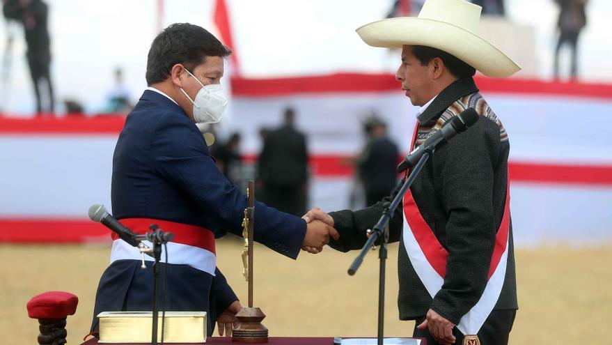 Pedro Castillo (d) saluda a Guido Bellido tras nombrarle primer ministro de su Gobierno.