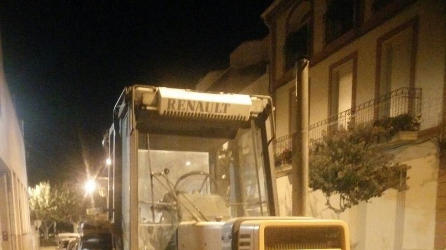 Un concejal de la CUP aparca el primer tractor en una sede electoral en les Borges Blanques (Lleida)