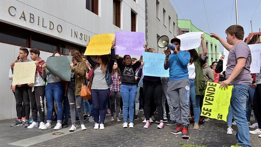 Estudiantes herreños de Bachillerato, ciclos formativos, y 3º y 4º ESO, durante una concentración realizada en Valverde (El Hierro). EFE/Gelmert Finol