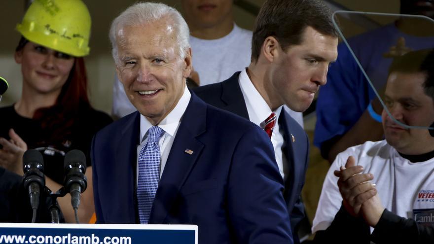 Joe Biden y Conor Lamb durante un acto de campaña en Collier, Pensilvania, este martes // AP: Gene J. Puskar