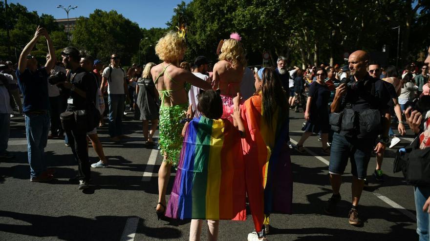 Dos niñas participan en el desfile del Orgullo