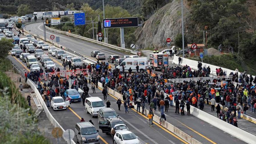 Decenas de manifestantes cortan la frontera con Francia en La Jonquera (Girona)