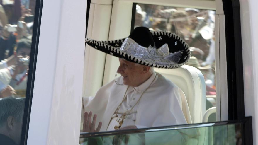El Papa Benedicto XVI realiza un recorrido con un sombrero de charro mexicano en marzo, en el Parque del Bicentenario de Silao con jóvenes en Guanajuato (México). Efe / Jorge Núñez