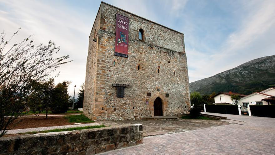 La Torre de Pero Niño, en San Felices de Buelna, recuerda la figura del marino, que obtuvo del regente don Fernando el título de Conde de Buelna en pago por sus servicios a la corona.