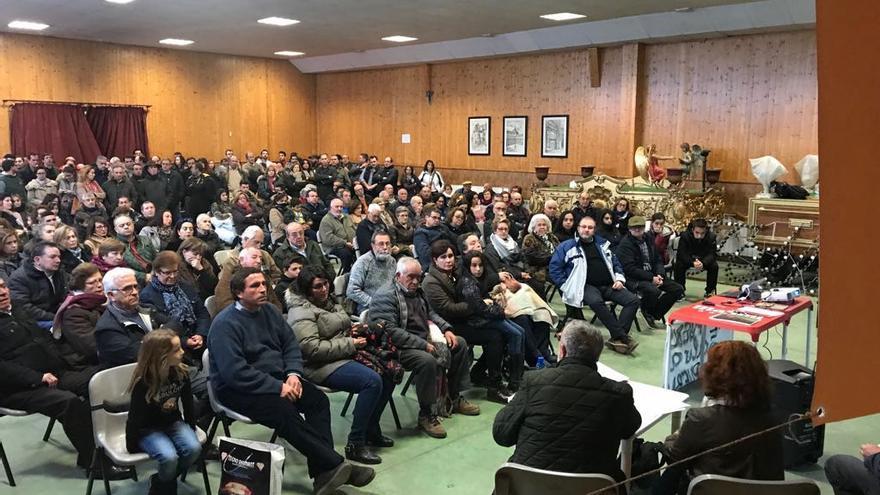 Imagen de archivo de una reunión informativa sobre la macrogranja en Almendros (Cuenca)