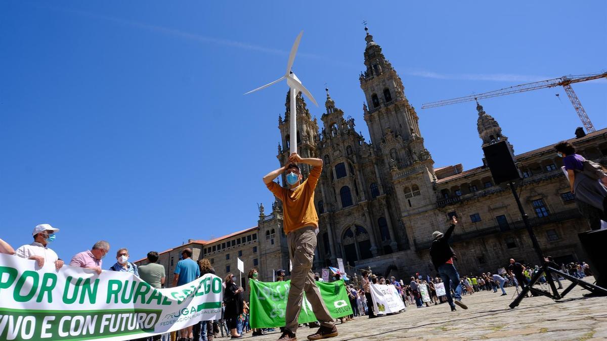 """Protesta contra la """"invasión eólica"""" de Galicia en la Praza do Obradoiro"""