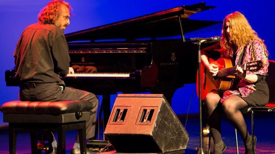 El Dúo Geberovich-Kleiner en uno de sus conciertos de folclore latinoamericano.