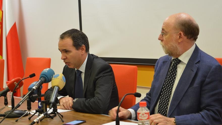 El doctor Santiago Raba, vicepresidente del sindicato médico de Cantabria y Vicente Alonso, secretario del mismo. | SARA AJA