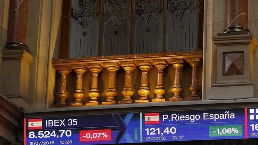 El IBEX 35 pierde los 8.500 puntos a mediodía, con una caída del 0,42 %