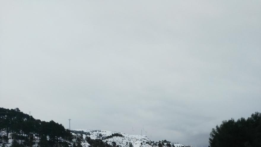 La nieve cubre la autovía A-3 dirección Valencia y mantiene a los vehículos atrapados