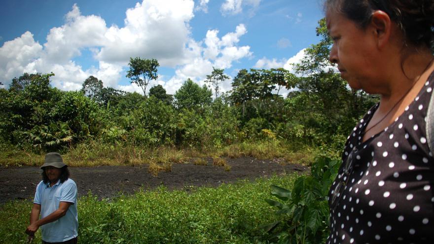 Julia González observa una piscina abierta en el pozo Shushufindi 61 (Ecuador). / Miriam Gartor.