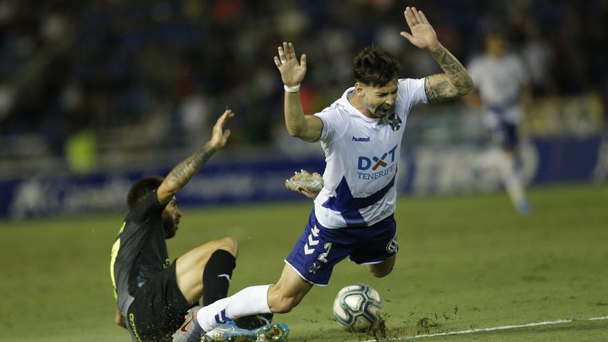Luis Pérez cae al borde del área el pasado sábado en el Tenerife-Extremadura.